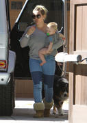 http://img292.imagevenue.com/loc364/th_617540489_Hilary_Duff_Visiting_her_mom8_122_364lo.jpg